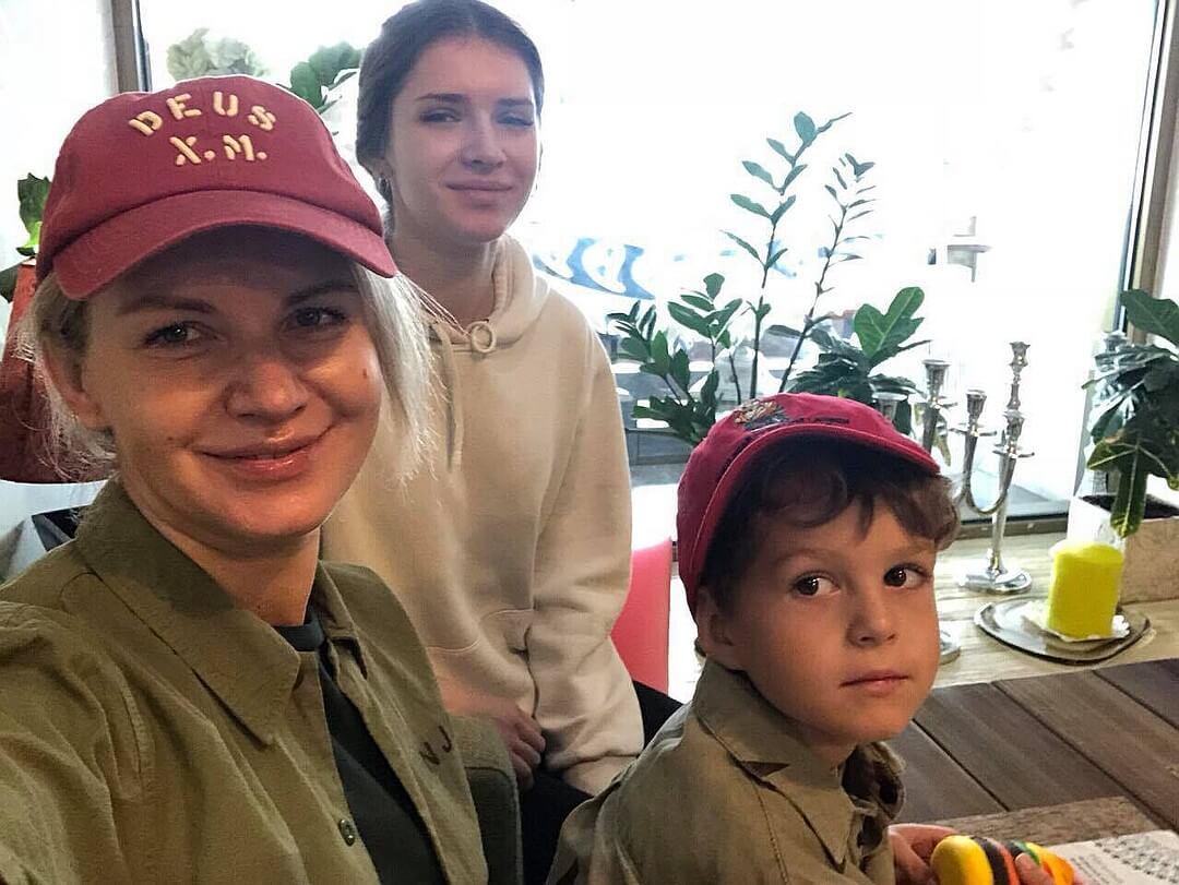 Светлана Зеленковская с дочерью Аксиньей и сыном Макаром